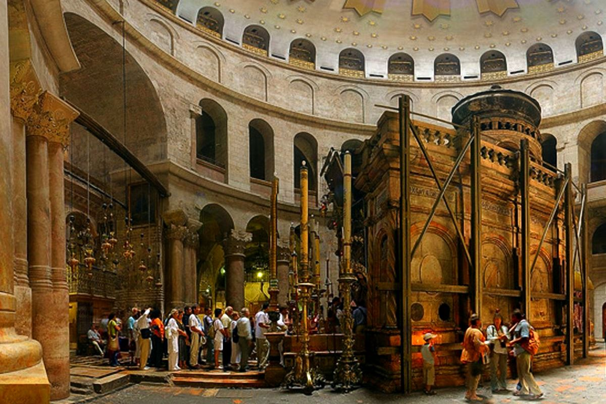 В храме Гроба Господня продают связки свечей по 33 штуки.  На входе горят свечи, зажженные от Благодатного огня...