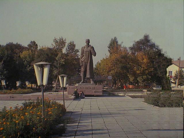 Памятник Хамзе около ТашМИ
