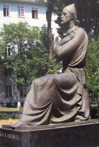 ШОТА РУСТАВЕЛИ. Скульптор Рувим Немировский. Открыт в 1987 году.