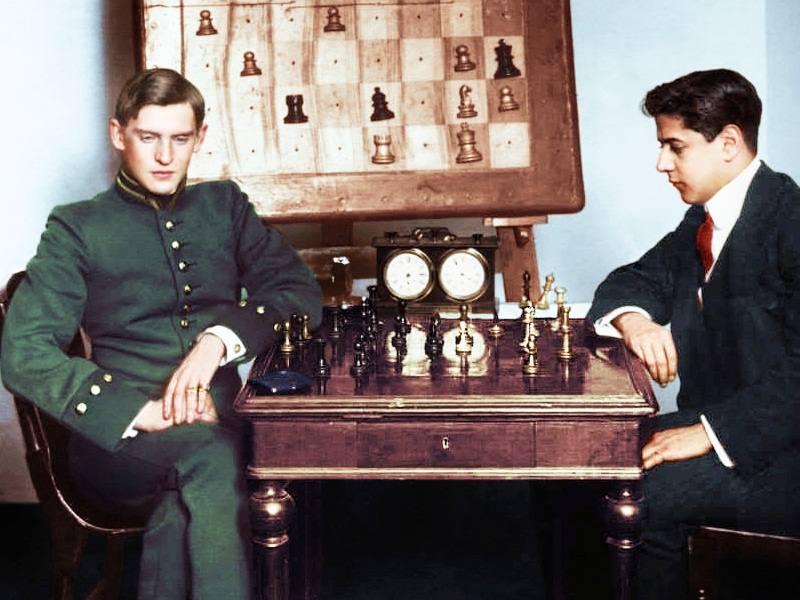 1914 год. Турнир в Санкт-Петербурге. За столом молодые Алёхин и Капабланка. Впереди их ждет великое будущее. Оба они будут чемпионами мира…