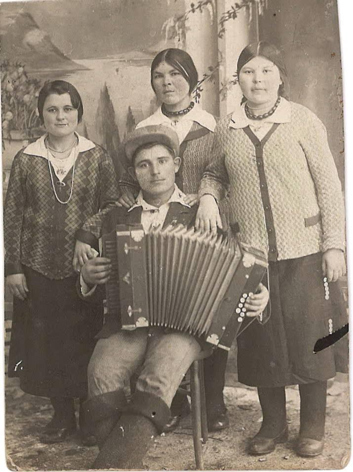 Мама справа, в валенках. Это еще довоенная фотография