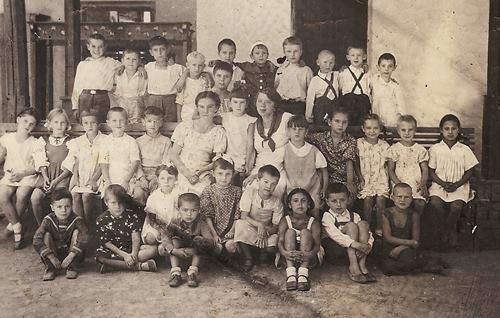 Первоклассник Боря Поюровский сидит на полу, второй справа. Ташкент 1941 год