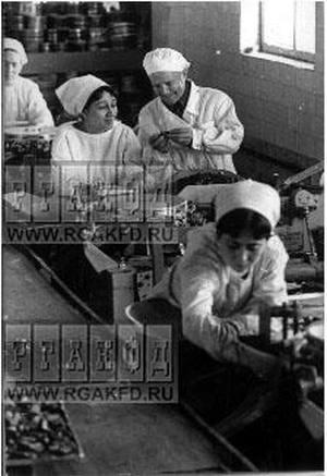 """Cтарейший кондитер Узбекистана С.Савченко (в центре), создавший многие сорта конфет, за работой в одном из цехов Ташкентской кондитерской фабрики """"Уртак"""". (Из интернета)"""