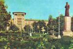 Памятник Алишеру Навои в сквере перед зданием Ташкентского облисполкома