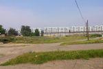 Справа огромный пустырь перед домами на улице Навои.