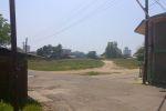 Снято с той же точки. Вот он справа дом с магазинчиком бывшим. Перед нами площадь от сноса ломов лет 30 назад. Налево дорога идет к Дружбе народов, но мы пойдем направо.