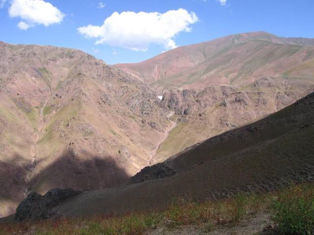 Слева край плато встречи, справа Кызыл-Нура, в центре снежник