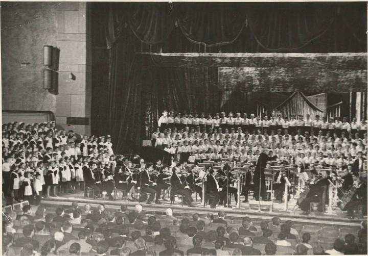 Дмитрий Кабалевский и детский хор в театре Свердлова
