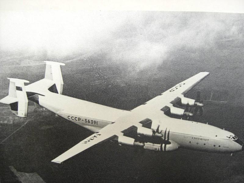 Самолет Ан-22 в полете.