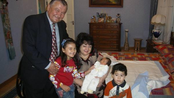 муратходжаева с супругом и внуками