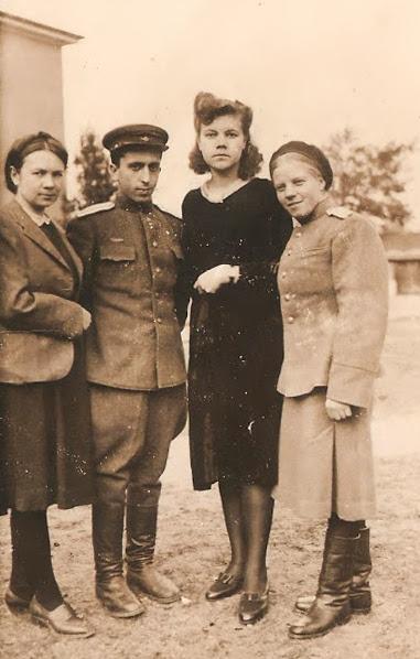 Клава Мельникова — вторая справа