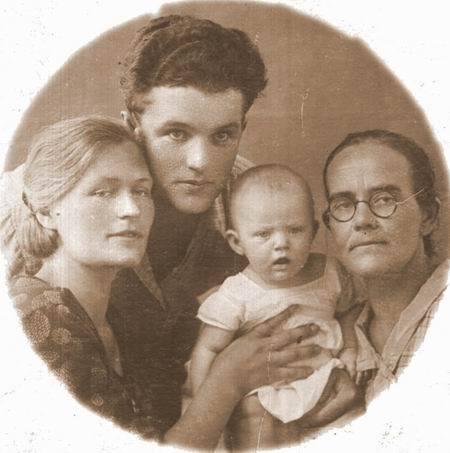 1 Маленькая Аня с родителями и бабушкой