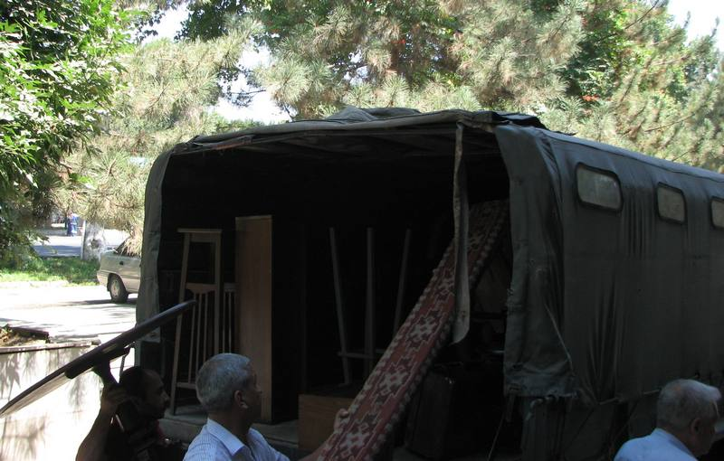 Эту грузовую машину для перевозки громоздких экспонатов предоставила православная епархия