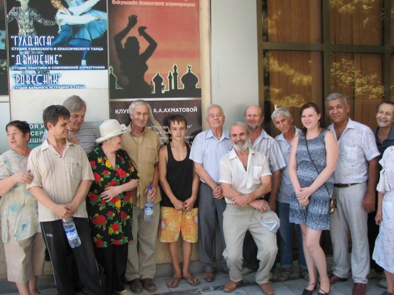 Последный снимок всех участников переезда  у Дворца культуры ТТЗ, где с 1999 года работал Музей Анны Ахматовой