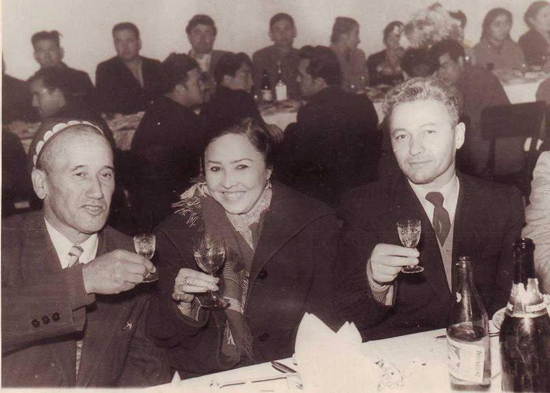 Карим Закиров (слева),  Халима Насырова и Рауфа Холматова.