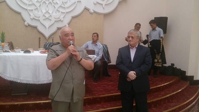 Юбиляра поздравляет академик АН Узбекистана С.С.Нигматов