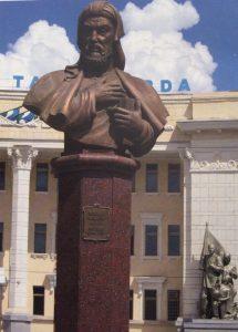 НИЗАМИ ГЯНДЖЕВИ. Открыт в 2004 году. Скульптор Ильхам Джаббаров, арх. В.Акопджанян.