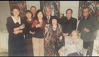 М. Харатова в центре