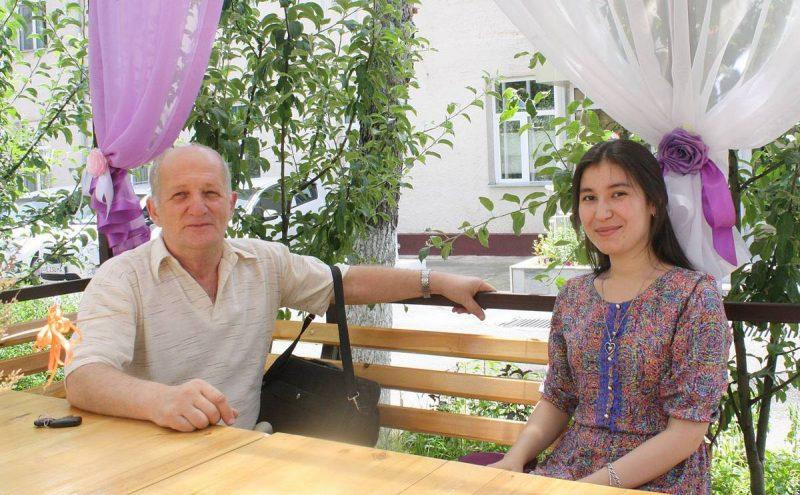 Эмиль Бекирович Мазинов со своей студенткой Бону Азизовой. Принесли материалы для публикации.