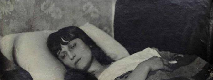 Фотопортрет Анны Ахматовой с автографом. 1920-е гг. 29,5 х 11 см.