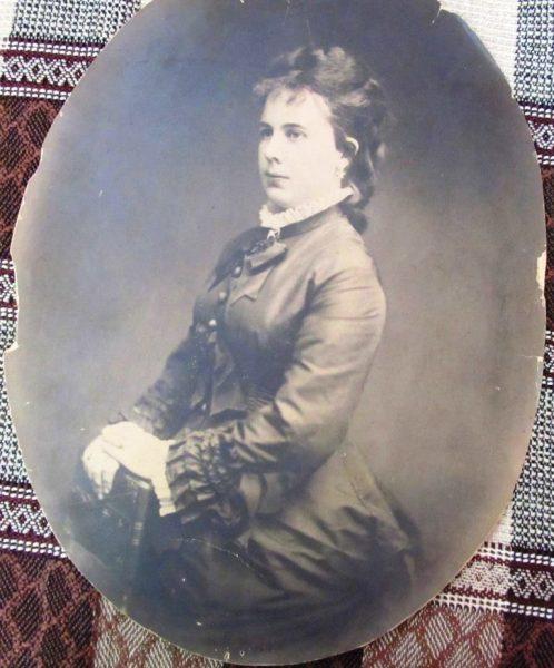 Наталия Адольфовна Сильвергельм - Мединская. Портрет очень большой и сканировать полностью не удалось, но показать хотелось весь. Поэтому пересняла. Середина 19 века, точной даты нет.