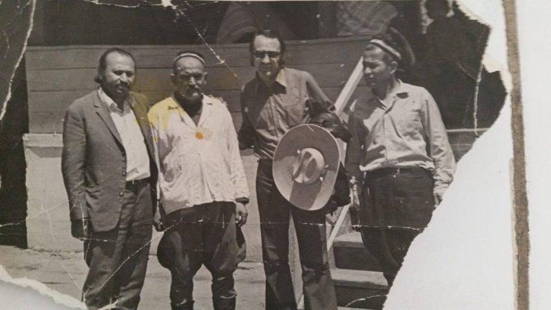 """1972 год. Исфара. На съемках фильма """"Седьмая пуля"""". Али Хамраев и Мэлис Абзалов с чайханщиком Фаттоха-ака..."""