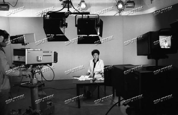 """Тошкентдан гапирамиз! 1986 год. Снимается передача """"Сегодня в мире"""". Ведущая - политический обозреватель узбекского телевидения Лола Хатамова."""
