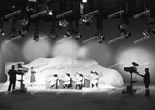Запись детской музыкальной передачи. 1988 г. Дикторы ведут программу в студии Узбекского телевидения. фото: В. Ковреин