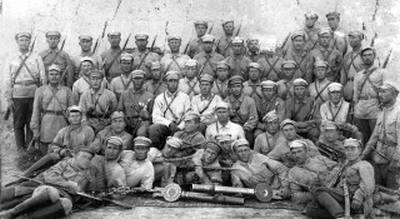 Фото времён гражданской войны в Туркестане, в центре в белой выгоревшей гимнастерке Александр Александрович Лучинский 1900-1990